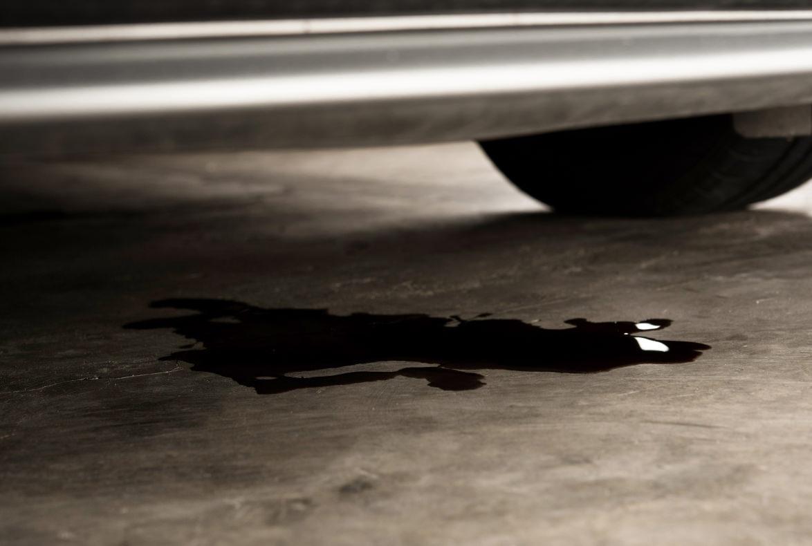 Consejos para identificar las fugas de fluido más frecuentes de los vehículos