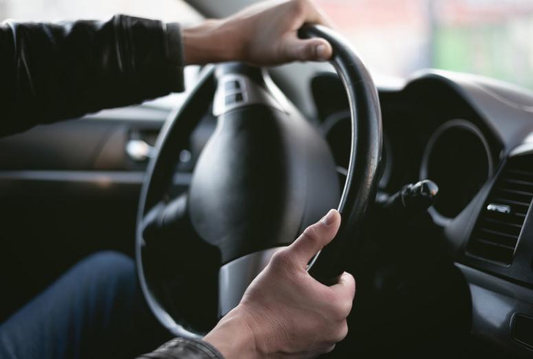 Ruidos extraños, dureza en el volante… ¿Está fallando la dirección?