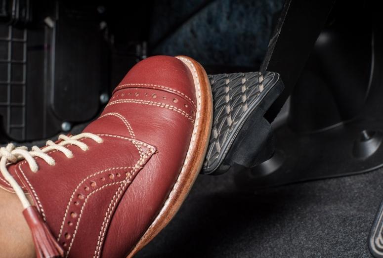 ¿Por qué a veces el pedal de freno se pone duro?