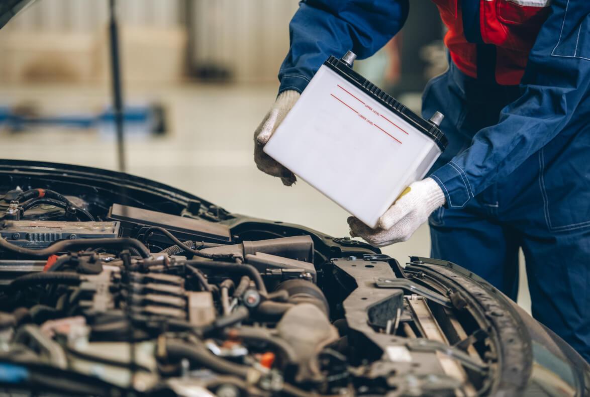 Precauciones a la hora de cargar o manipular una batería en el coche