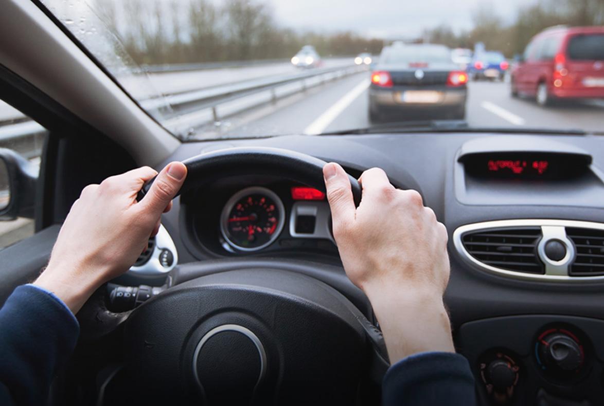 ¿Cuántos metros tarda un freno en detener un coche?